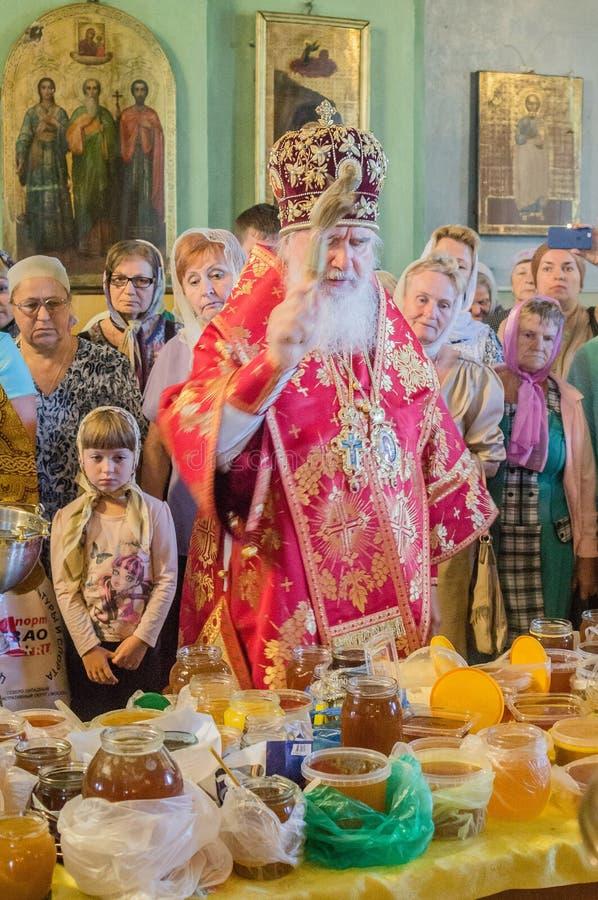 Der Großstadtbewohner feierte die göttliche Liturgie in der Russisch-Orthodoxen Kirche lizenzfreie stockfotografie