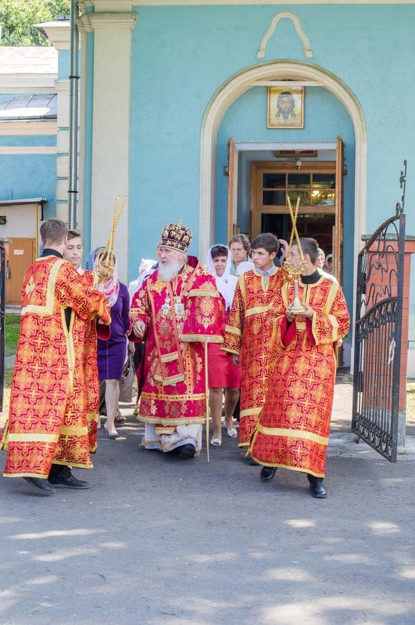 Der Großstadtbewohner feierte die göttliche Liturgie in der Russisch-Orthodoxen Kirche stockfoto