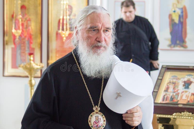 Der Großstadtbewohner feierte die göttliche Liturgie in der Russisch-Orthodoxen Kirche stockbild