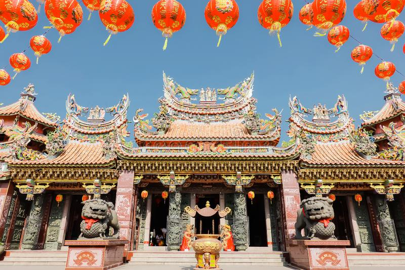 Der große Eintritt von China-Tempel an Thumkatunyoo-Grundlage und an roten Laternendekorationen, die am chinesischen Tempeldach m stockfotografie
