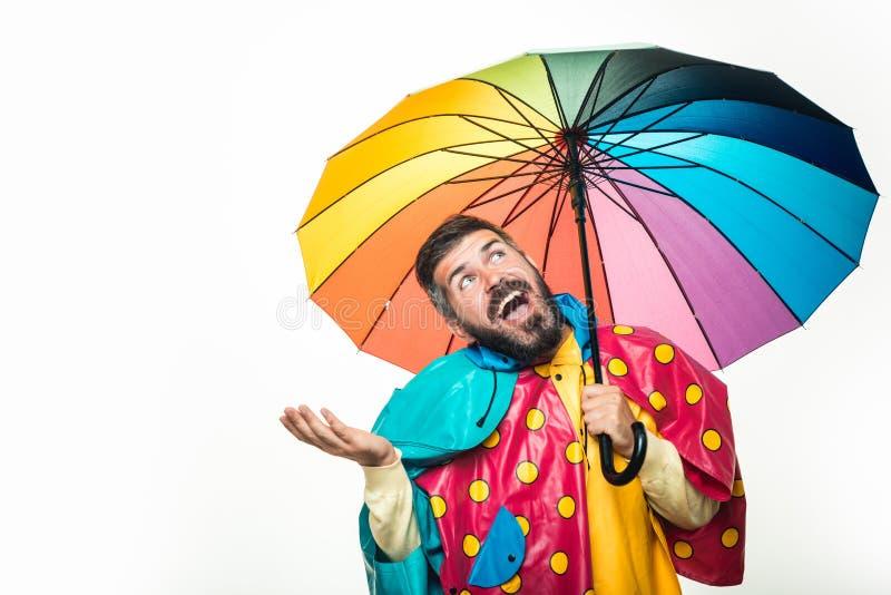 Der gutaussehende Mann, der im Herbst trägt, kleidet am sonnigen Tag des Herbstes Junger attraktiver Mann im Regenmantel unter fa stockfotografie