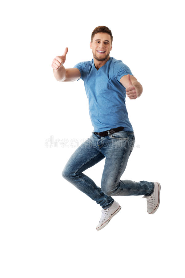Der gutaussehende Mann springend für Freude lizenzfreie stockbilder