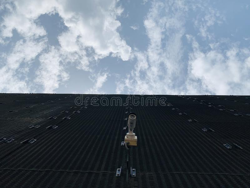 Der Höhenwinkel zeigt die schwarze Farbe des Gebäudes, das den Himmel schneidet stockbild