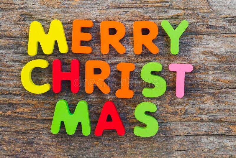 Der hölzerne Buchstabe kam in die Wort frohen Weihnachten stockbilder