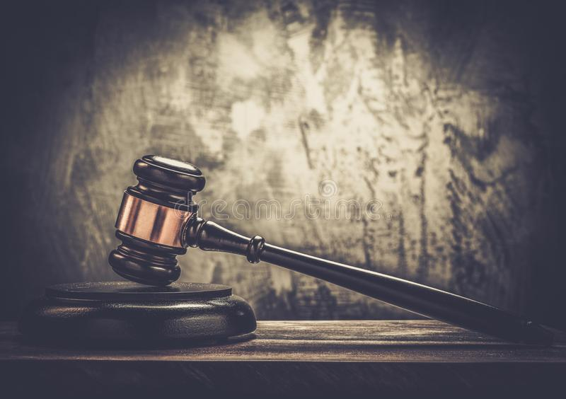 Der hölzerne Hammer des Richters lizenzfreies stockfoto