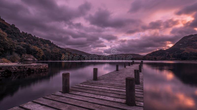 Der hölzerne Pier bei Ullswater, See-Bezirk, England stockbild
