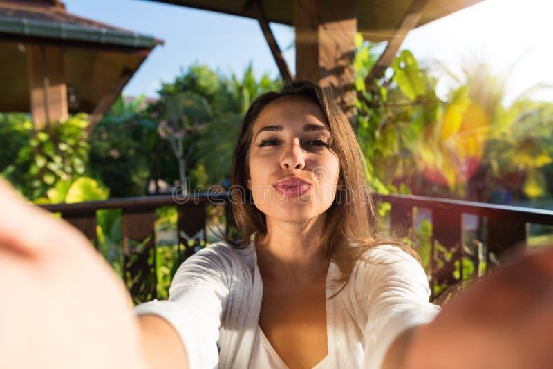 Der hübsche Frauen-Schlagkuß, der Selfie-Foto junges Mädchen nimmt, machen Selbstporträt draußen stockfotografie