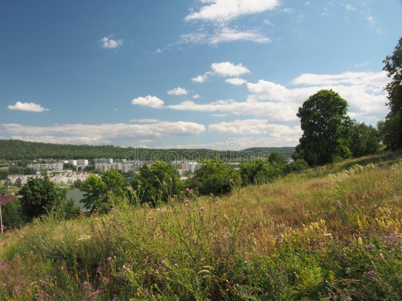 Der Hügel bietet eine Ansicht der Stadt Zhigulevsk an Stadtstruktur a stockbilder