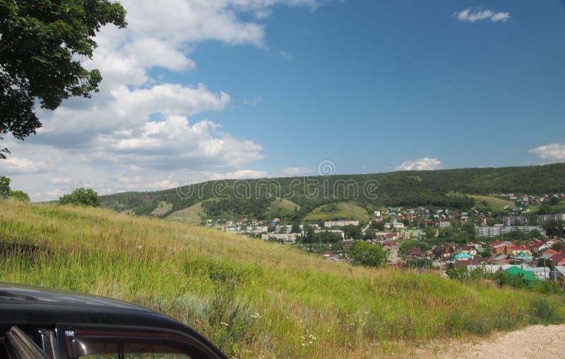 Der Hügel bietet eine Ansicht der Stadt Zhigulevsk an Stadtstruktur a lizenzfreie stockfotografie