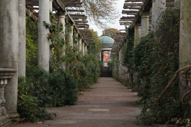 Der Hügel-Garten und die Pergola lizenzfreie stockfotografie