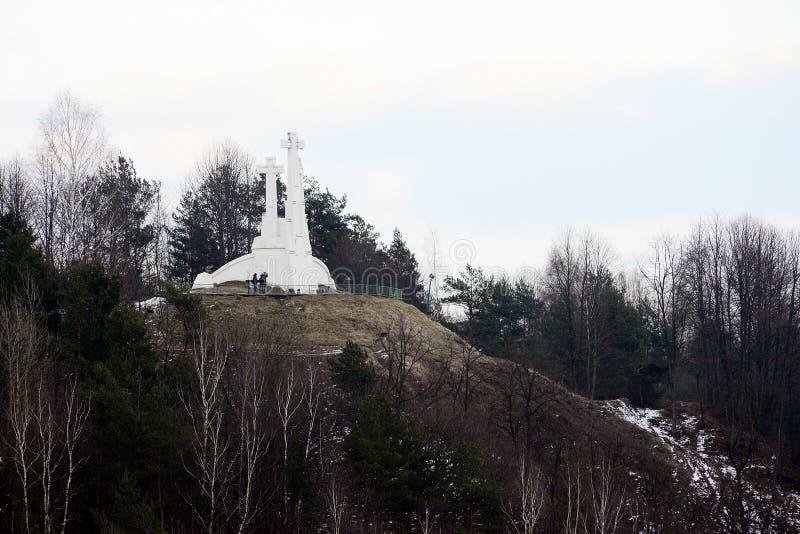 Der Hügel von drei Kreuzen in Vilnius auf Abendzeit lizenzfreie stockfotos
