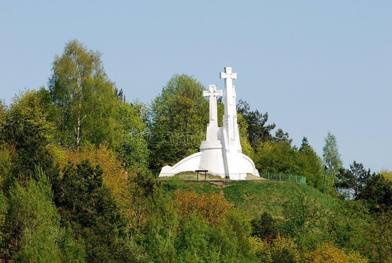 Der Hügel von drei Kreuzen in Vilnius gesehen von Gediminas-Hügel lizenzfreie stockbilder