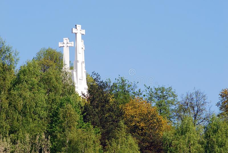 Der Hügel von drei Kreuzen in Vilnius gesehen von Gediminas-Hügel stockfotografie