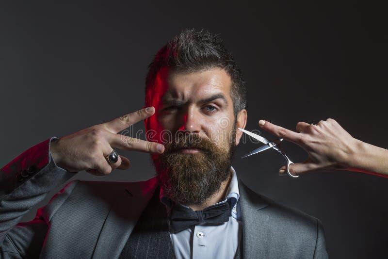 Der Haarschnitt der M?nner Friseurscheren Langer Bart B?rtiger Mann, ?ppiger Bart, h?bsch H?bsches b?rtiges Hippie, grober Mann lizenzfreie stockfotos