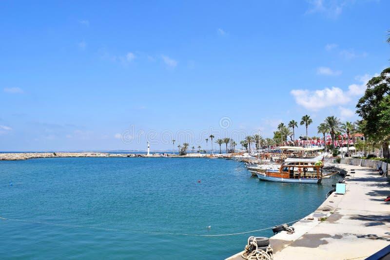 Der Hafen mit touristischen Yachten stockfotos