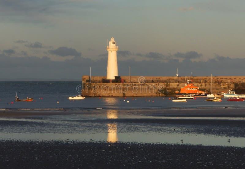 Der Hafen und der Leuchtturm bei Donaghadee in Nordirland kurz vor Sonnenuntergang im September lizenzfreie stockbilder