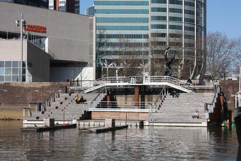 Der Hafen von Rotterdam, von Schiffen und von Booten festgemacht, der niederländische Tourismus stockfoto