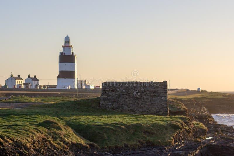 Der Hakenleuchtturm auf der südlichen Küste von Irland ist in der Welt das älteste Betriebs lizenzfreies stockfoto