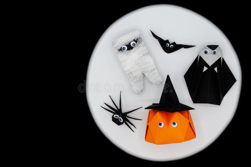 Der Halloween-Origami oder die Papierfalte der Kürbishauptsteckfassung-olaterne, -mama, -nonne, -spinne und -schlägers auf weißem stockfotografie