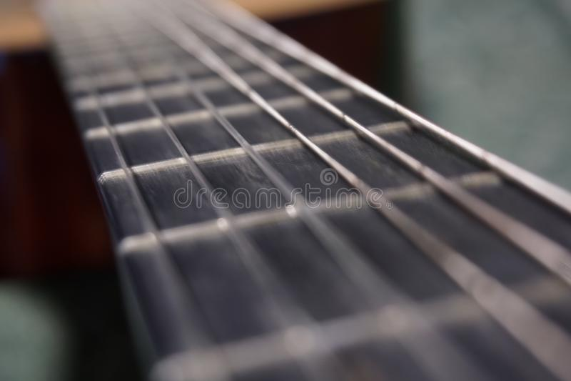Der Hals der klassischen Gitarre als des Lebensweges stockbilder