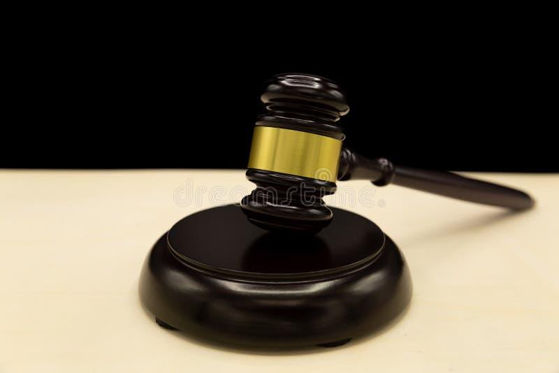 Der Hammer des Richters auf hellem Hintergrund, Seitenansicht stockbild