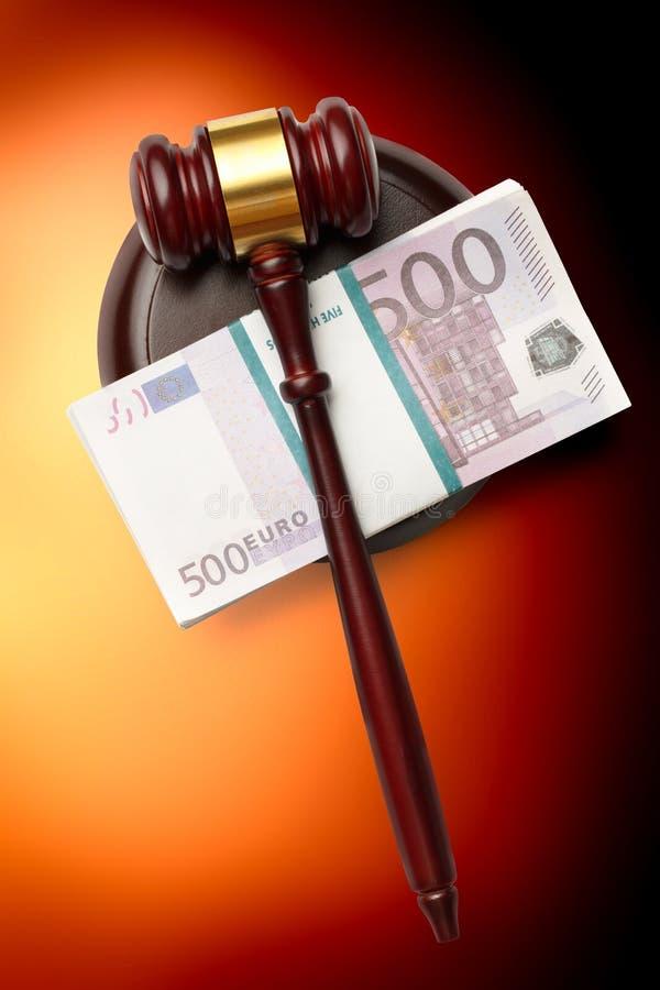 Der Hammer und das Geld des hölzernen Richters lizenzfreies stockbild