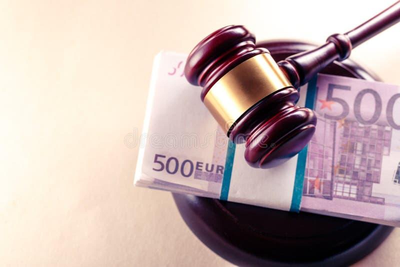 Der Hammer und der Euro des hölzernen Richters stockbilder