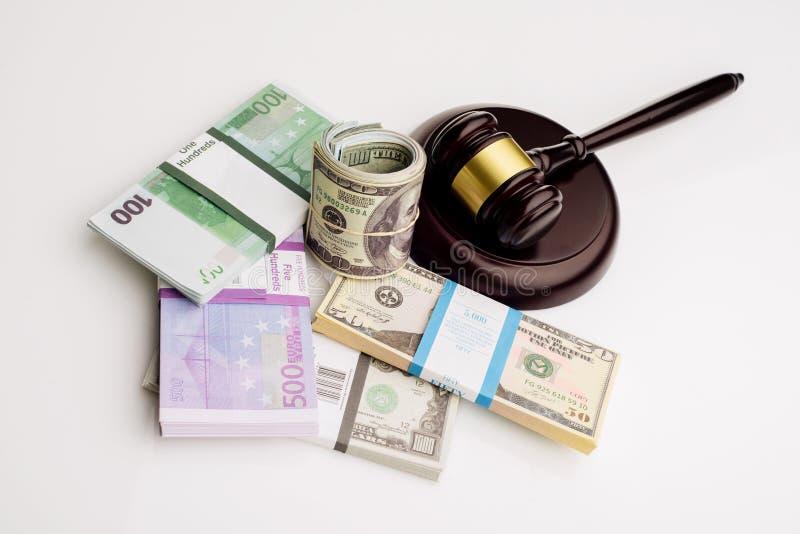 Der Hammer und die Sätze Draufsicht Richters Dollar und Eurobanknoten auf einem weißen Hintergrund lizenzfreie stockbilder