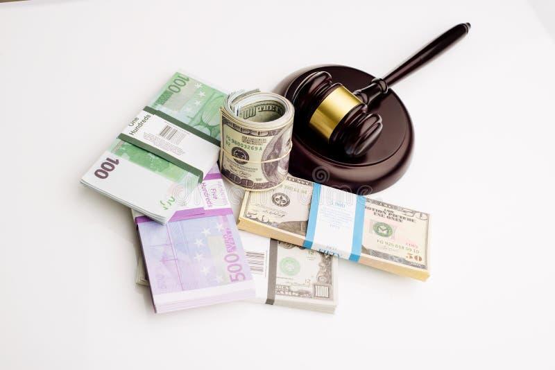 Der Hammer und die Sätze Draufsicht Richters Dollar und Eurobanknoten auf einem weißen Hintergrund lizenzfreie stockfotos