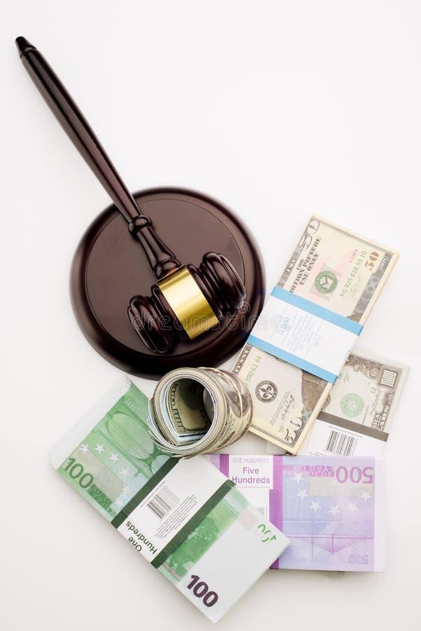 Der Hammer und die Sätze Draufsicht Richters Dollar und Eurobanknoten auf einem weißen Hintergrund stockfotos