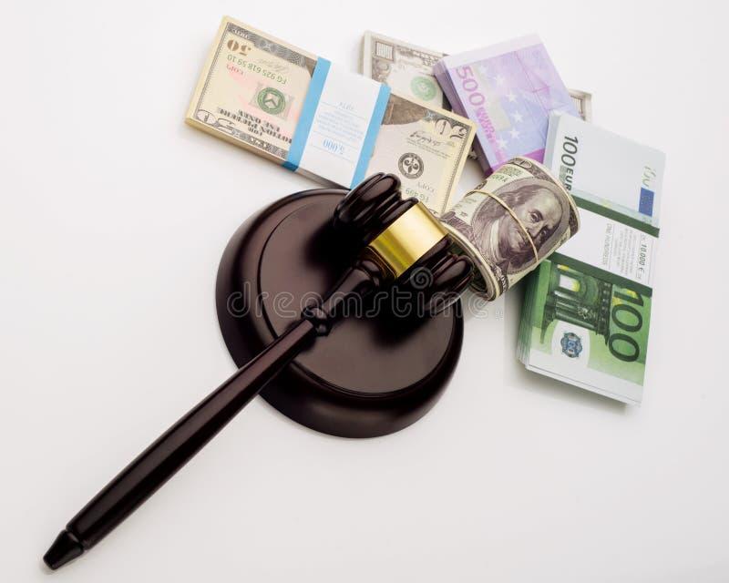 Der Hammer und die Sätze Draufsicht Richters Dollar und Eurobanknoten auf einem weißen Hintergrund lizenzfreies stockbild