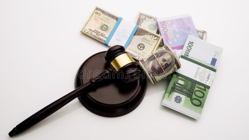 Der Hammer und die Sätze Draufsicht Richters Dollar und Eurobanknoten auf einem weißen Hintergrund lizenzfreies stockfoto