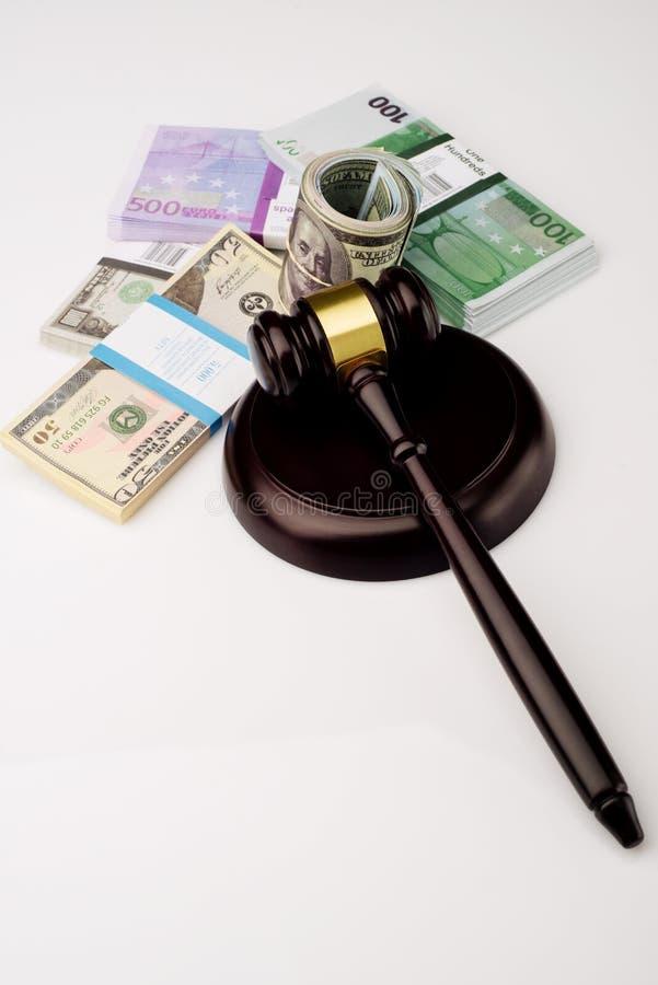 Der Hammer und die Sätze Draufsicht Richters Dollar und Eurobanknoten auf einem weißen Hintergrund stockfotografie