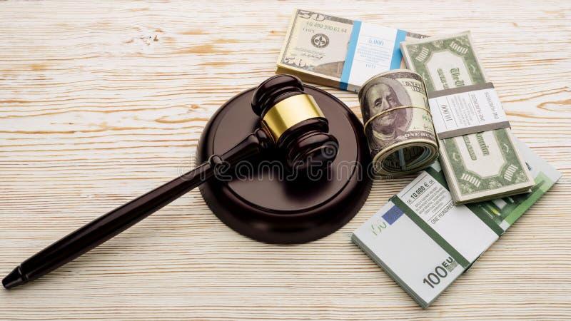 Der Hammer und die S?tze Draufsicht Richters Dollar und Eurobanknoten auf einem wei?en Holztisch stockbilder