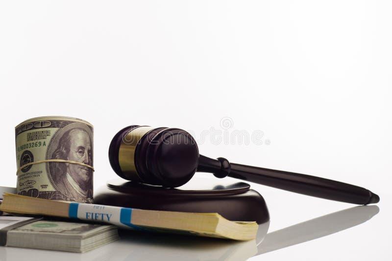 Der Hammer und die S?tze des Richters Dollar und Eurobanknoten auf einem wei?en Hintergrund stockfotos