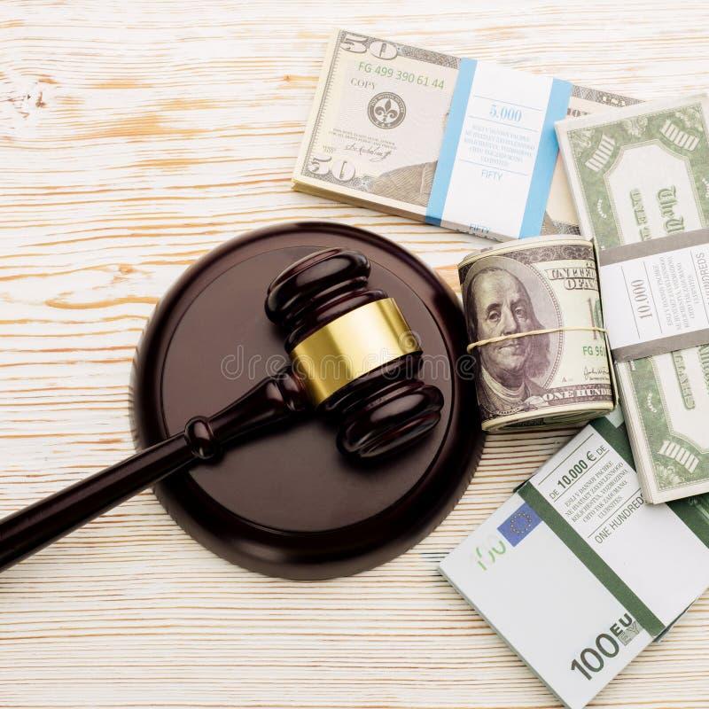 Der Hammer und die S?tze Draufsicht Richters Dollar und Eurobanknoten auf einem wei?en Holztisch stockfotografie