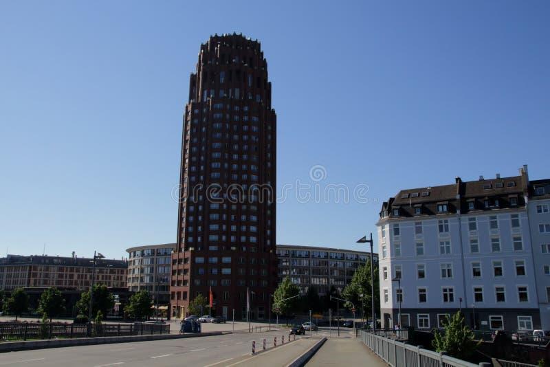 Der Handelsmesse-Turm Messeturm und die Frankfurt-Skyline nahe bei dem Frankfurt-Handelsmesse-Boden gesehen vom Skyline-Piazza-Ma lizenzfreies stockfoto