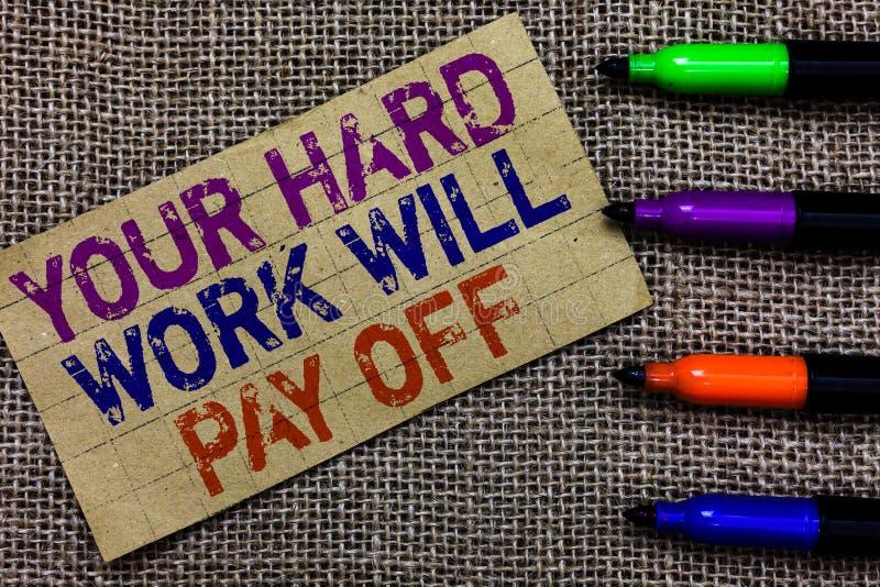 Der Handschriftstext, der Ihre harte Arbeit schreibt, zahlt sich aus Zunehmender Arbeitseinsatz der Konzeptbedeutung führt zu den lizenzfreies stockfoto