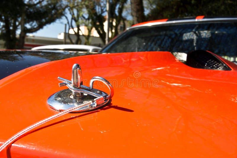 Der Haubenverschluß auf Muskelauto stockfoto