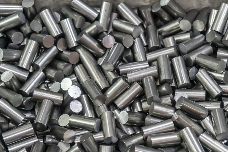 Der Haufen der maschinell bearbeiteten materiellen Stange im Beh?lterkasten lizenzfreies stockbild