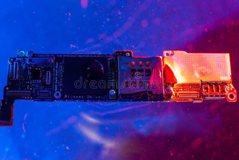 Der Hauptausschuß vom Telefon, im Wasser mit den blauen und roten Lichtern im Wasser lizenzfreie stockfotografie