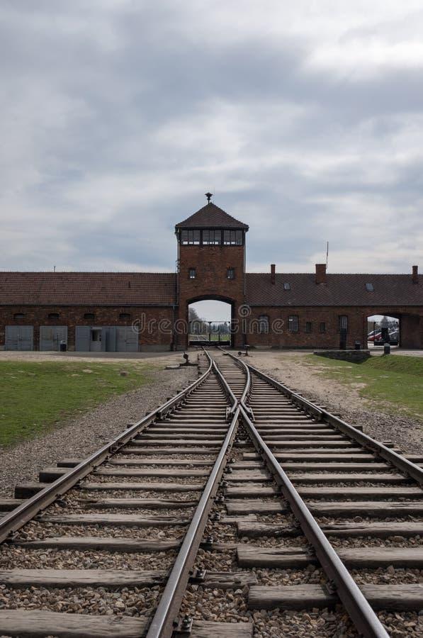 Der Haupteingang nach Auschwitz Birkenau Nazi Concentration Camp, der die Bahngleise benutzt, um Juden zu ihrem Tod zu holen zeig stockbilder