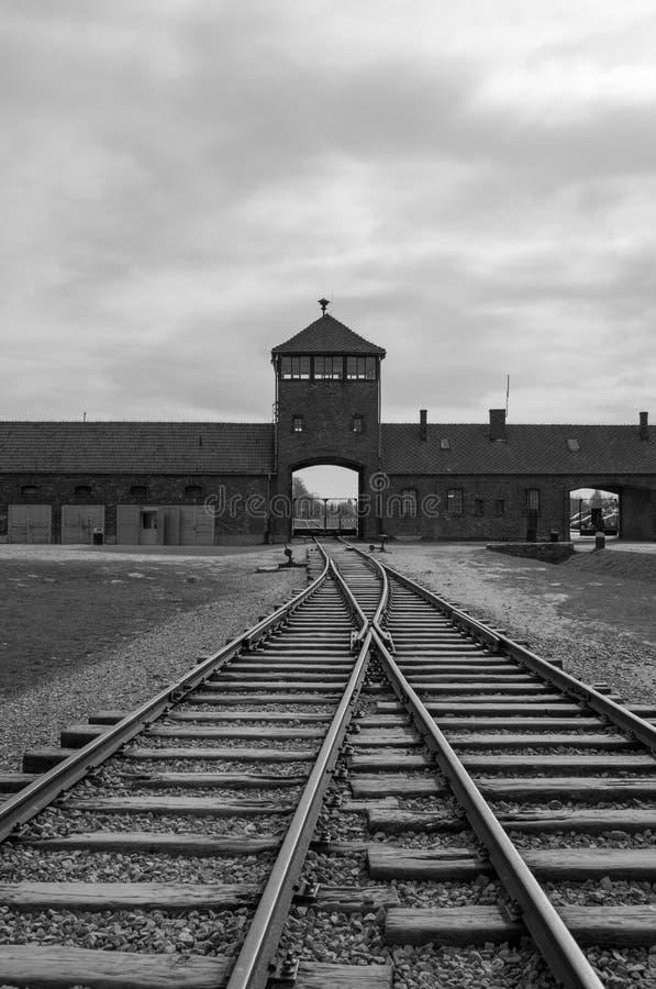 Der Haupteingang nach Auschwitz Birkenau Nazi Concentration Camp, der die Bahngleise benutzt, um Juden zu ihrem Tod zu holen zeig stockfotos