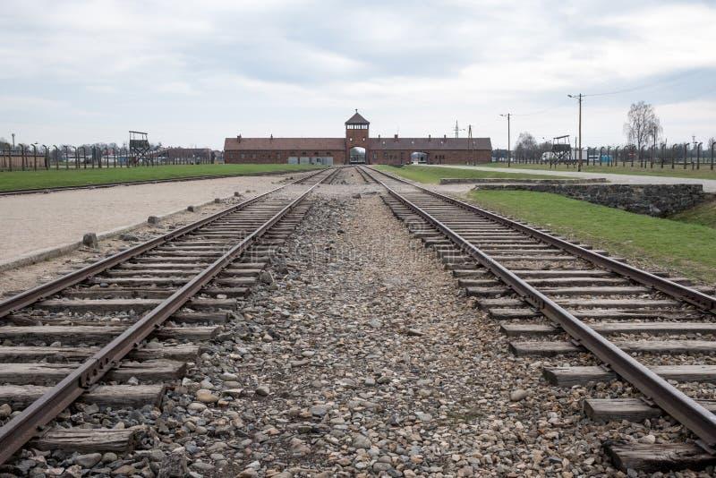 Der Haupteingang nach Auschwitz Birkenau Nazi Concentration Camp, der die Bahngleise benutzt, um Juden zu ihrem Tod zu holen zeig lizenzfreies stockfoto