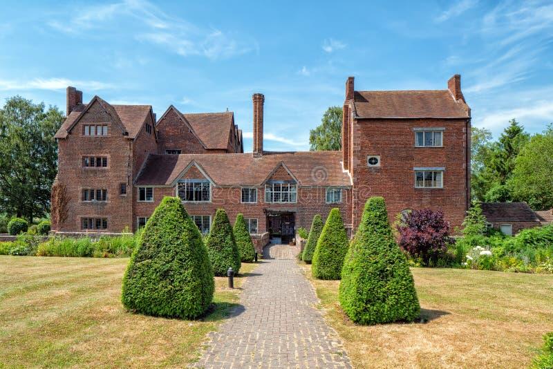 Der Haupteingang zu Harvington Hall, Worcestershire, England stockbild
