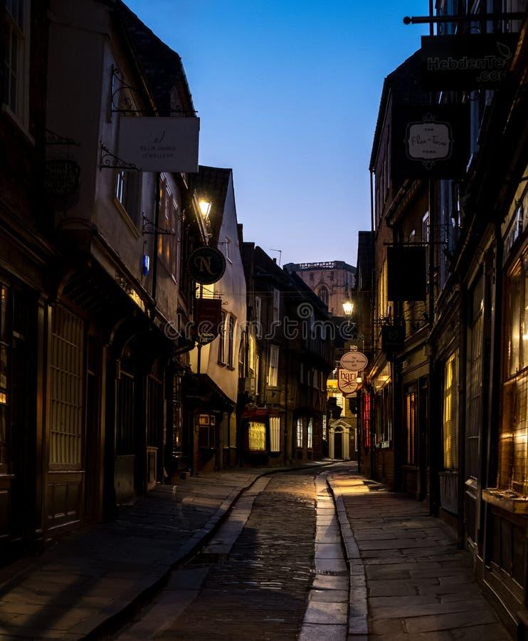 Der heillose Durcheinander, historische Straße von Metzgerei zurückgehend hinsichtlich der mittelalterlichen Zeiten Eine jetzt vo lizenzfreie stockfotografie