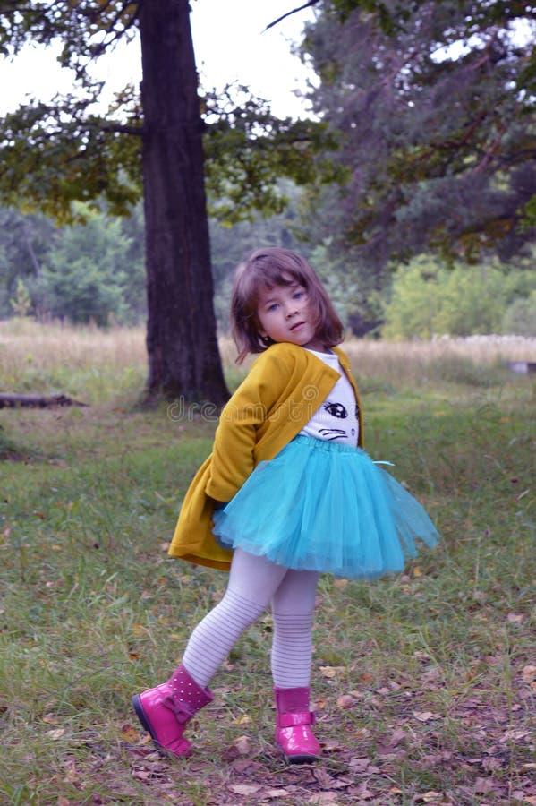 Der Herbstkindheit des Spaßlächelnhumorbaumfreudekinderbelustigungsbeifallmodeschönheitsleutefrühlinges glückliche Grüngleichheit lizenzfreie stockfotos