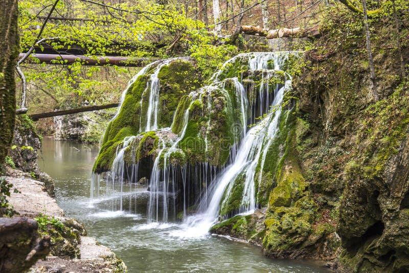 Der herrliche Wasserfall im Foto ist in Rumänien lizenzfreie stockfotos