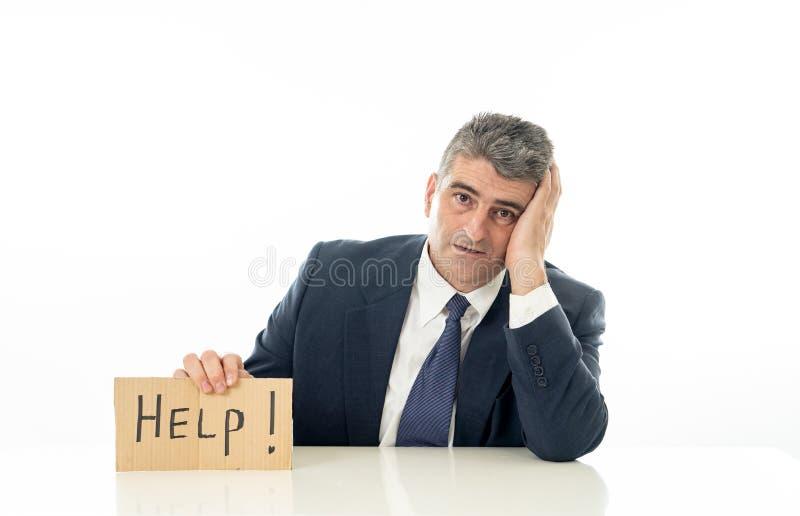 Der hilflose reife Geschäftsmann, der eine Hilfe hält, unterzeichnen im Finanzkrisearbeitslosigkeitsdruck und in Krisenkonzept, d stockfotos