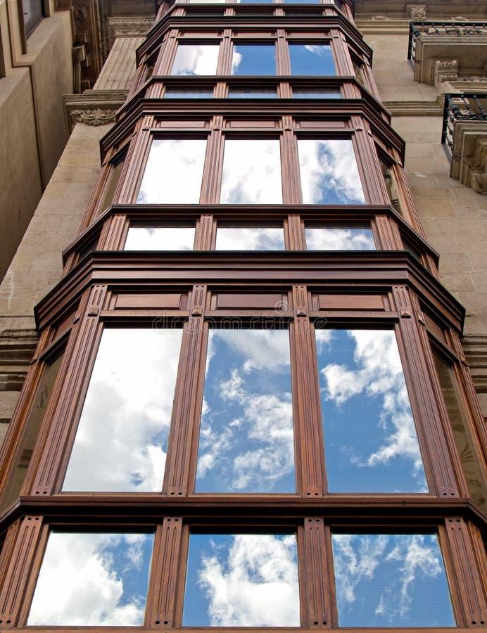 Der Himmel dachte über Gebäudefenster eines Klassikers nach stockbilder